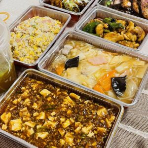 """今晩の食卓は四川料理! 自宅で """"ちゅうすけ"""" さんの味が楽しめるということで、テイクアウトをしてみました。料理を並べてビュッフェスタイルで料理を楽しむも良し。お持ち帰りできることの喜びをあなたにも。"""