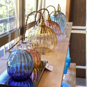 土岐インターから車で15分程。御嵩町に7月オープンしたばかりのガラス工房『glass studio 三日月』さんへ立ち寄ってきました。吹きガラスをはじめ素敵なガラス作品がいっぱい!ガラス制作体験もできますよ。