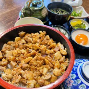 創業昭和22年の老舗から仕入れる上質な鶏肉=かしわの店・下石町の『明月』さんで鳥ひつまぶしを食べる。