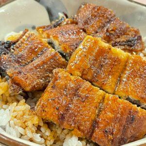 『鰻メシ、陶器で食べる?パックで食べる?』 土岐市 泉島田町にある「うなぎの横綱」さんでもテイクアウトはもちろん(近場に限り)鰻丼のデリバリー配達に取り組まれていますが、美濃焼で食べる鰻丼は格別である。