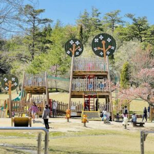 外で遊ぼう!土岐市肥田町にある陶史の森公園で子どもと遊ぶ。ここには動物園からアスレチック広場、BBQも楽しめる全部盛り!子どもを持つ親になって初めて分かる自然公園の偉大さを感じました。